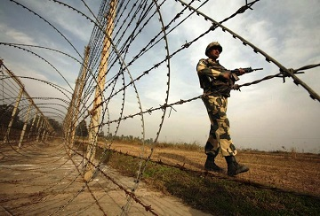 An Indian Border Security Force (BSF) soldier patrols near the fenced border with Pakistan in Suchetgarh, southwest of Jammu January 14, 2013. India's army chief General Bikram Singh held out the threat of retaliating against Pakistan for the killing of two soldiers at the de facto border in Kashmir, saying he had asked his ground commanders to be aggressive in the face of provocation. REUTERS/Mukesh Gupta (INDIAN-ADMINISTERED KASHMIR - Tags: MILITARY CIVIL UNREST POLITICS) - RTR3CG1W